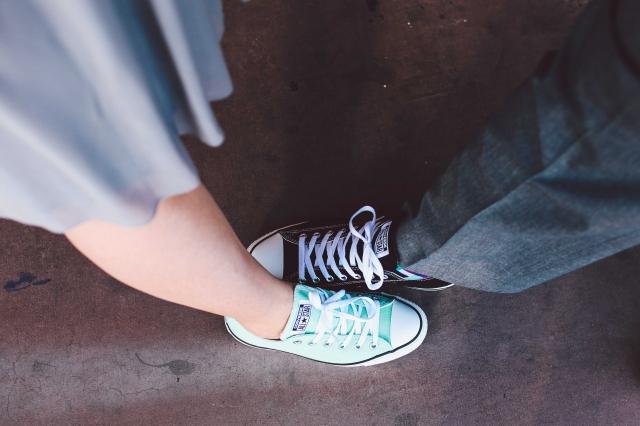 Modré boty jsou skvělá alternativa i pro nevěstu