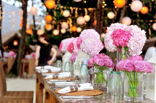 Výběr místa obřadu a svatební párty patří mezi první kroky při plánování svatby.