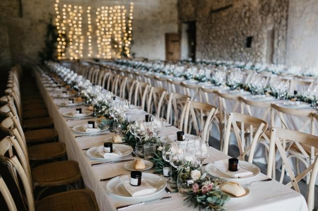 Rustikální svatební tabule vsází na přírodní materiály