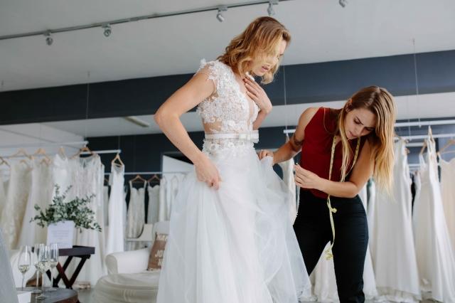 Svatební šaty na míru Vám budou sedět nejlépe.