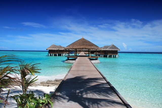 Probudit se ve vilkách na kůlech a začít den koupáním v Indickém oceánu zní jako plán.
