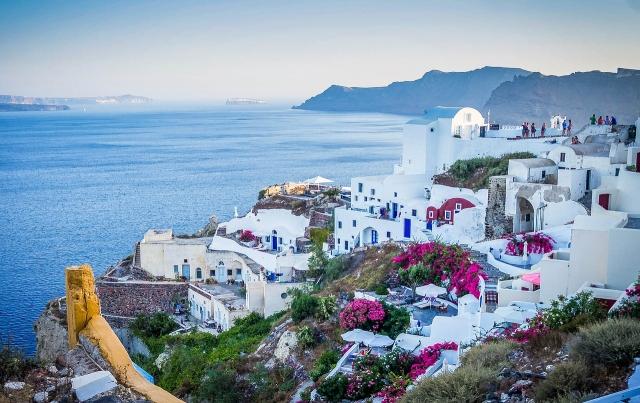 Na ostrově Santorini kontrastuje modrá s bílou.