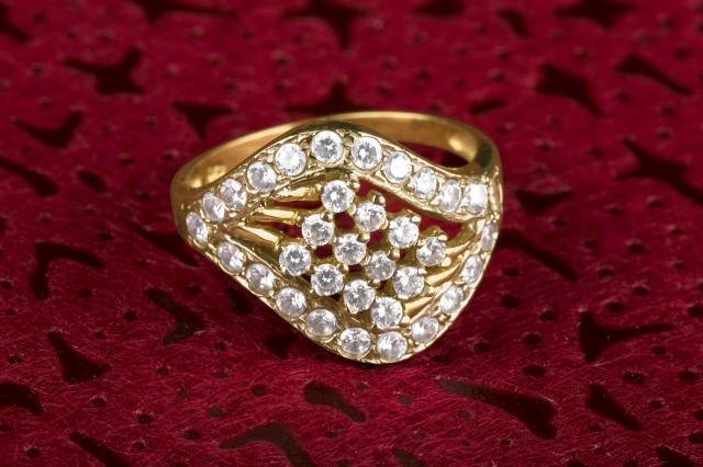 Jaký je rozdíl mezi diamantem a zirkonem