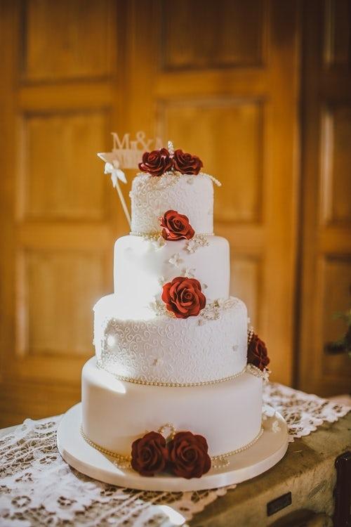 Svatební dort na svatbě nesmí chybět. Kolik stojí a podle čeho ho vybrat?