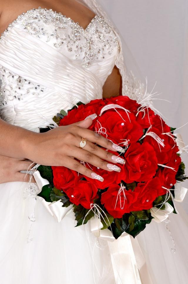 Upravené nehty dokonale vyniknou se snubním prstýnkem.