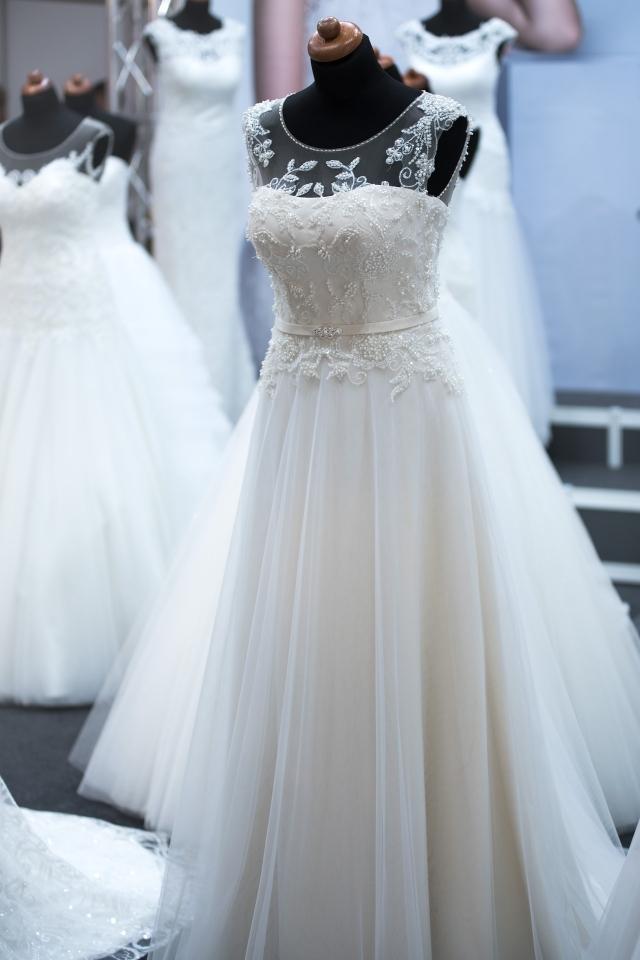 Svatební salóny nabízí šaty mnohem dráž