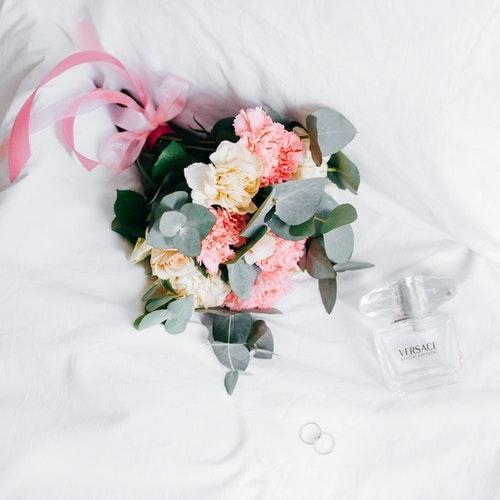Parfém dokreslí krásu nevěsty.
