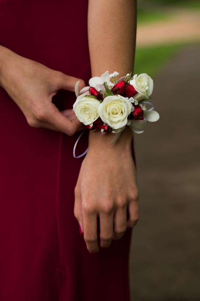 Píšete pravou rukou? Potom si květinový náramek raději uvažte na ruku levou.