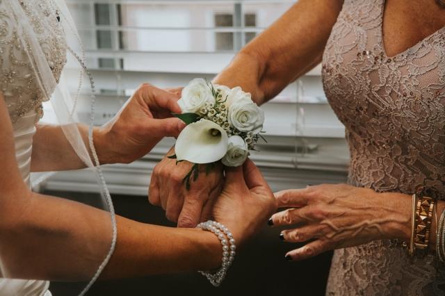 Květinovým náramkům určeným pro svědkyně vévodí živé květy.