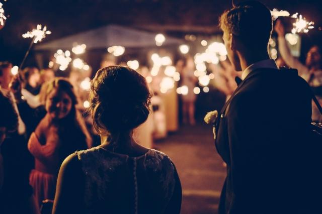 Večerní fotky ze svatby mají své kouzlo