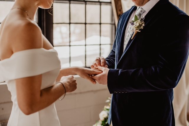 Muži po svatbě zpravidla schovávají snubní prsten do šuplíku. Vzhledem k ceně snubního prstenu z chirurgické oceli, vám to ale nebude příliš vadit.