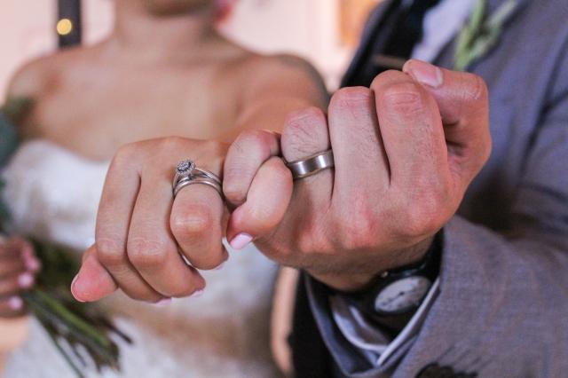 Budoucí manželé si často vybírají snubní prsten z odlišného materiálu. Muži zpravidla volí chirurgickou ocel, protože ji považují za mužnější kov.