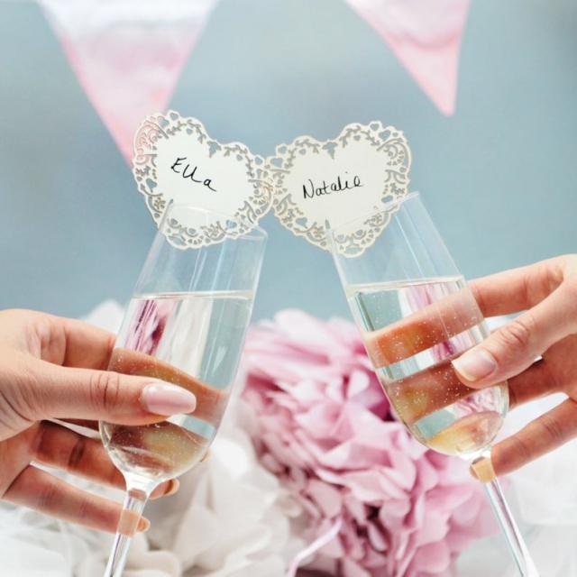 Jmenovku můžete umístit také na skleničku, která je určená ke svatebnímu přípitku.