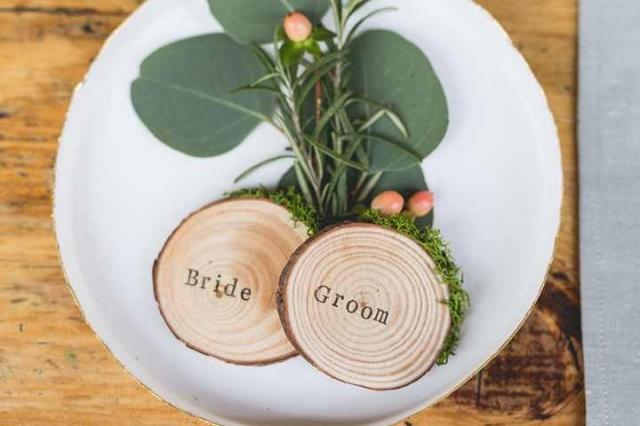 Dřevěné medailonky se řadí mezi nejoblíbenější svatební jmenovky současnosti.