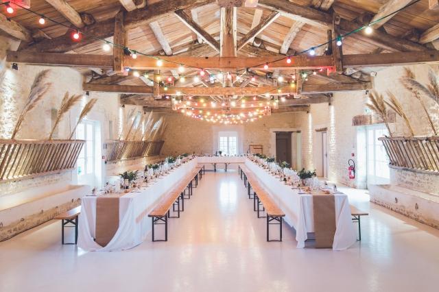 Ve svatební stodole probíhá často obřad i hostina.