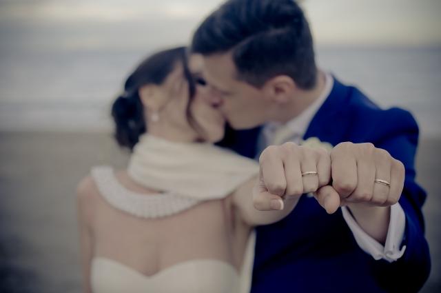 Naprosto identické snubní prsteny? Pro spoustu dnešních novomanželů to už neplatí.