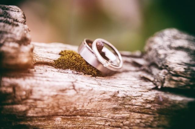 Abyste byli dokonale sladěni, odlišné snubní prsteny by se měly shodovat alespoň v jednom detailu.