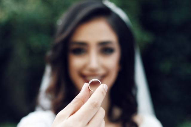 Dámský snubní prsten by měl působit elegantně, jemně i decentně.