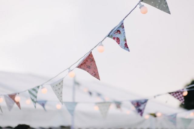 Trojúhelníkové vlaječky z papíru nebo tvrdší látky prostřídejte se žárovkami