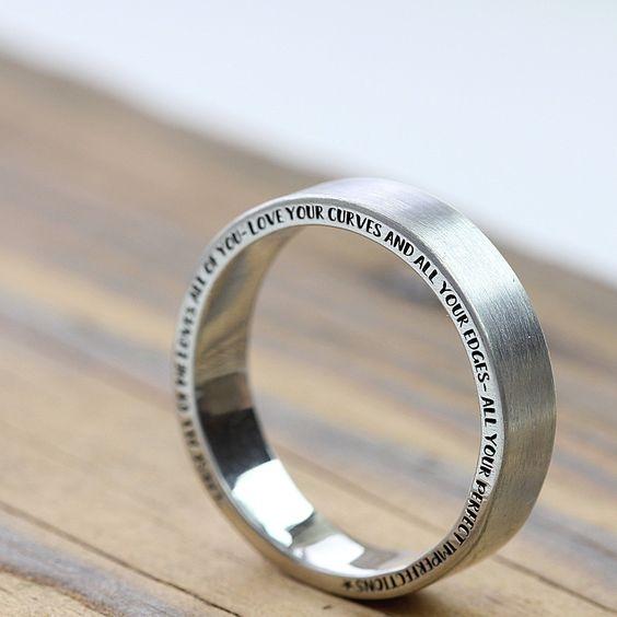 Rytí na bok prstenu vypadá velmi originálně