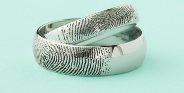 Vyrytí otisků prstů patří ke žhavým šperkařským trendům posledních let