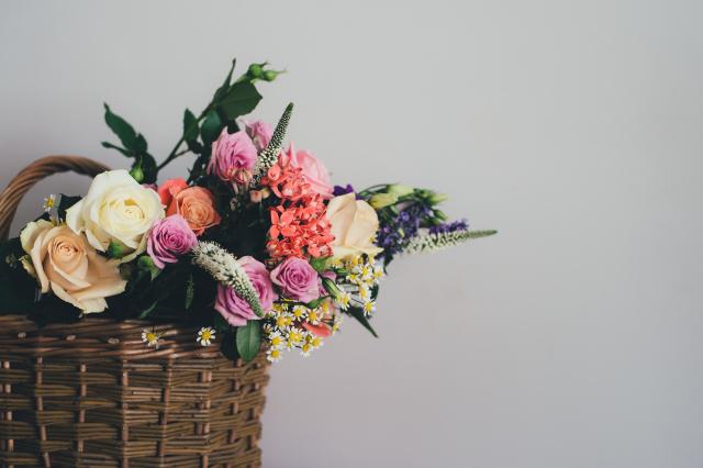 Nahý dort zdobený živými květy: Které druhy použít?