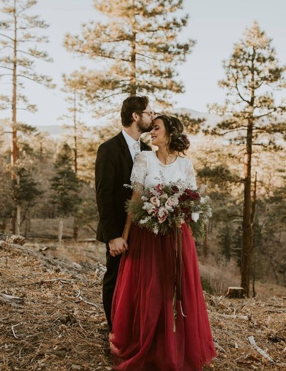 Modní hit: Svatební šaty mohou hýřit barvami