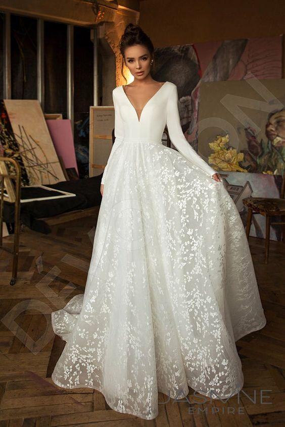 Asymetrický střih a bohaté zdobení: Vybíráme svatební šaty pro malá prsa