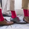 Barevné ponožky na svatbu? Stylové zpestření