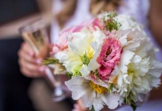 Bílé nebo barevné kytice, jak vybrat svatební kytici