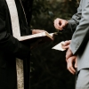 Chcete si vybrat vlastního oddávajícího? Počítejte s církevním obřadem
