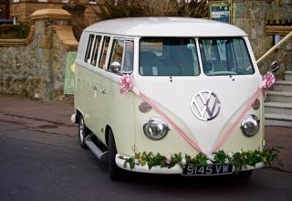 Jak svatebně vyzdobit auto