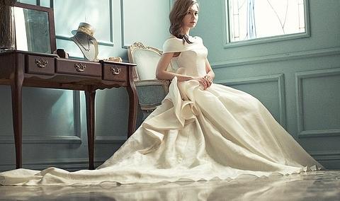Oděna v bílém 7aa9ee371f
