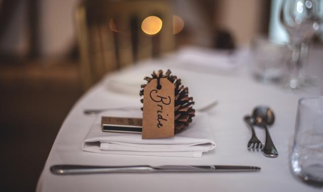 Originální jmenovky na svatební stůl: Které vybrat?