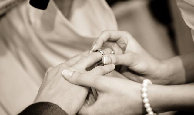 Originální kousek, který je jen a jen váš. Co vyrýt na snubní prsten?