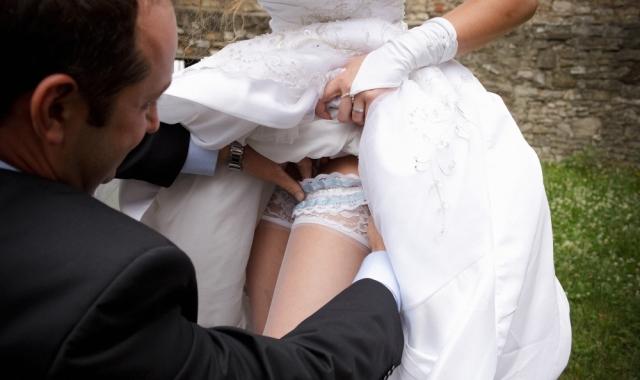 Podvazek má ve světě svateb velkou tradici