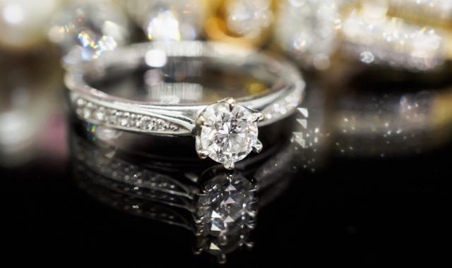 Snubní a zásnubní prsteny – Jak si vybrat ty pravé?