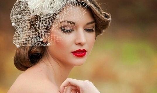 Svatební fascinátor: Extravagantní doplněk číslo jedna