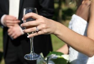 Svatební přípitek na zdraví novomanželů
