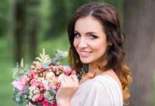 Svatební trendy účesů a líčení pro léto 2019