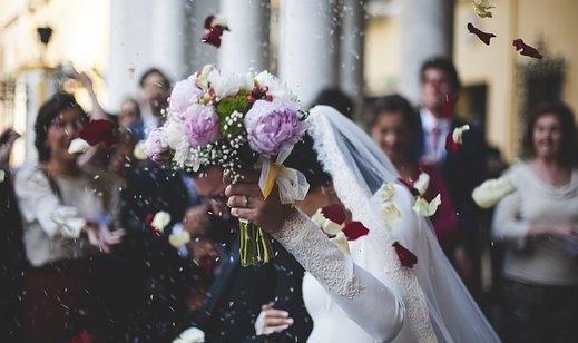 Svatební zvyky: Házení svatební kyticí