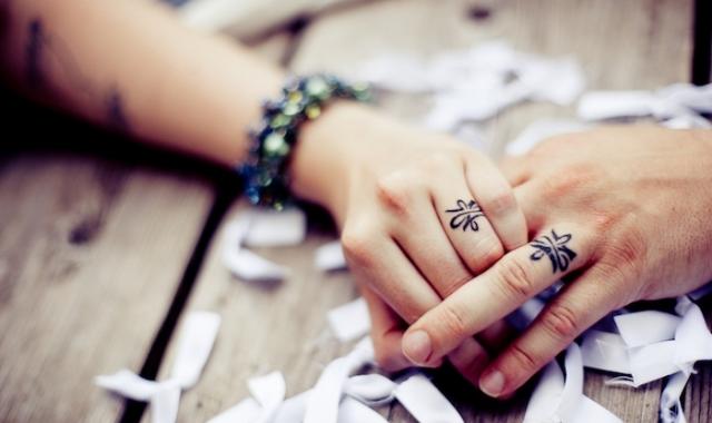 Tetovaný snubní prstýnky, důkaz lásky nejen pro rebely
