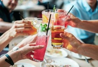 Tipy na osvěžující nápoje pro letní svatbu
