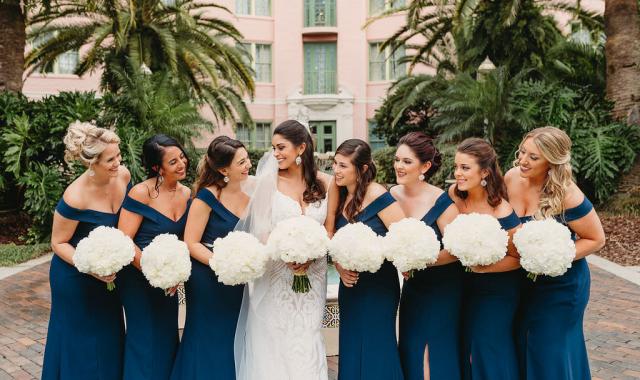 Svatební barvou roku 2020 je dle společnosti Pantone klasická modrá