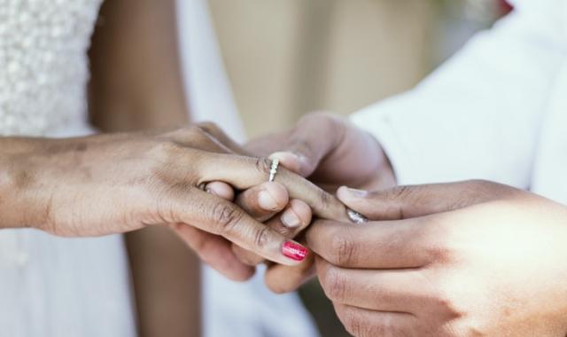Zásnubní a snubní prsteny od A do Z: Tradice, rozdíly a nošení
